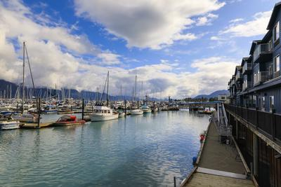Small Boat Harbour, hotel, small boats and mountains, Seward, Resurrection Bay, Kenai Peninsula, Al