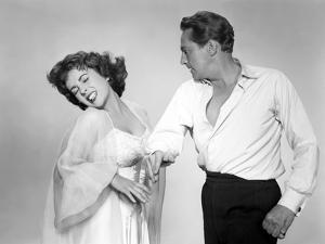 ELEPHANT WALK, 1954 directed by WILLIAM DIETERLE Elizabeth Taylor / Peter Finch (b/w photo)