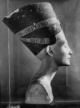 Bust of Queen Nefertiti by Eliot Elisofon