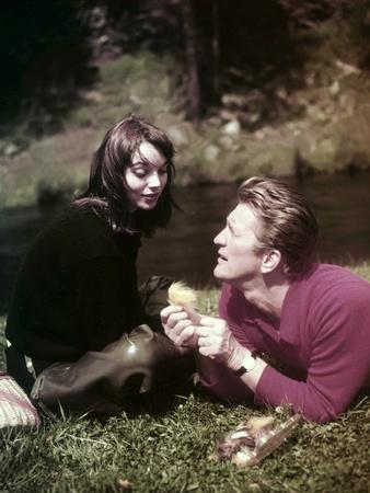 https://imgc.allpostersimages.com/img/posters/elsa-martinelli-and-kirk-douglas-sur-le-tournage-du-film-la-riviere-by-nos-amours-the-indian-fighte_u-L-Q1C1NM90.jpg?artPerspective=n