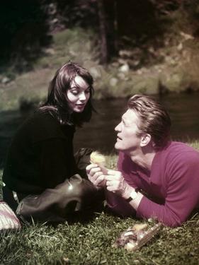 Elsa Martinelli and Kirk Douglas sur le tournage du film La Riviere by nos Amours THE INDIAN FIGHTE