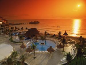 Villas Plaza Hotel, Cancun, Mexico by Eric Figge