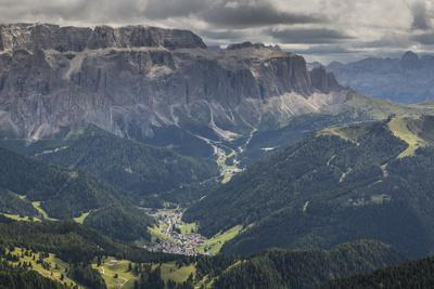https://imgc.allpostersimages.com/img/posters/europe-italy-alps-dolomites-mountains-south-tyrol-val-gardena-view-from-seceda_u-L-Q1EXGEA0.jpg?artPerspective=n