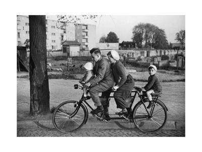 https://imgc.allpostersimages.com/img/posters/familien-fahrrad-in-den-30er-jahren_u-L-Q10UKK10.jpg?p=0