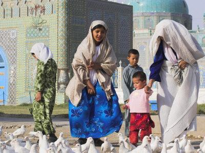 https://imgc.allpostersimages.com/img/posters/family-looking-at-the-famous-white-pigeons-shrine-of-hazrat-ali-mazar-i-sharif-afghanistan_u-L-P1T86V0.jpg?p=0