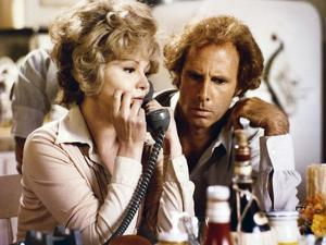 FAMILY PLOT, 1976 directed by ALFRED HITCHCOCK Barbara Harris / Bruce Dern (photo)