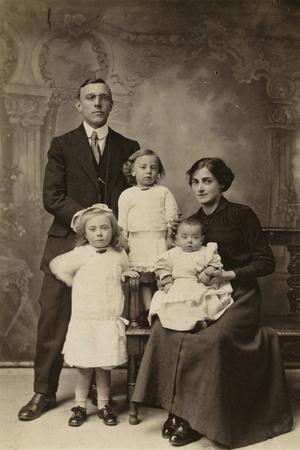 https://imgc.allpostersimages.com/img/posters/family-portrait_u-L-PRAXAJ0.jpg?p=0