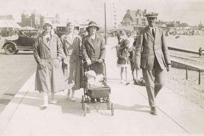 https://imgc.allpostersimages.com/img/posters/family-strolling-along-sea-front-with-baby-1930s_u-L-Q107LSF0.jpg?p=0