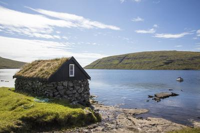 https://imgc.allpostersimages.com/img/posters/faroes-vagar-sorvagsvatn-leitisvatn-boathouse_u-L-Q1EYAJT0.jpg?artPerspective=n