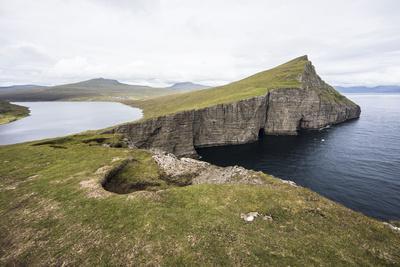 https://imgc.allpostersimages.com/img/posters/faroes-vagar-sorvagsvatn-leitisvatn-cliffs_u-L-Q1EYAXZ0.jpg?artPerspective=n
