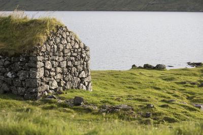 https://imgc.allpostersimages.com/img/posters/faroes-vagar-sorvagsvatn-leitisvatn-grass-roof_u-L-Q1EYAVZ0.jpg?artPerspective=n