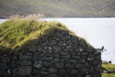 https://imgc.allpostersimages.com/img/posters/faroes-vagar-sorvagsvatn-leitisvatn-grass-roof_u-L-Q1EYBLM0.jpg?artPerspective=n