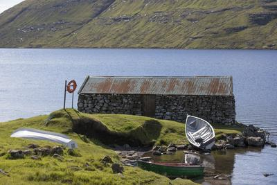 https://imgc.allpostersimages.com/img/posters/faroes-vagar-sorvagsvatn-leitisvatn-hut-boats_u-L-Q1EYAR70.jpg?artPerspective=n