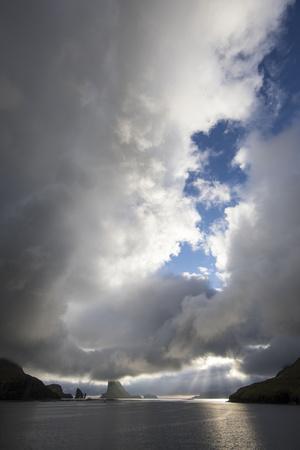 https://imgc.allpostersimages.com/img/posters/faroes-vagar-tindholmur-bay-sorvagsfjordur-evening_u-L-Q1EY4FQ0.jpg?artPerspective=n