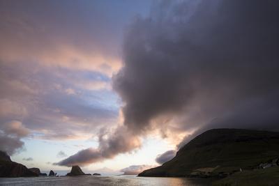 https://imgc.allpostersimages.com/img/posters/faroes-vagar-tindholmur-bay-sorvagsfjordur-evening_u-L-Q1EY4MO0.jpg?artPerspective=n
