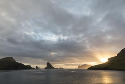 https://imgc.allpostersimages.com/img/posters/faroes-vagar-tindholmur-bay-sorvagsfjordur-evening_u-L-Q1EY8TB0.jpg?artPerspective=n