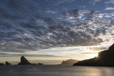 https://imgc.allpostersimages.com/img/posters/faroes-vagar-tindholmur-bay-sorvagsfjordur-evening_u-L-Q1EYBKJ0.jpg?artPerspective=n