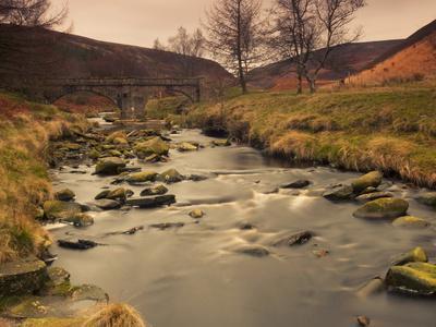 https://imgc.allpostersimages.com/img/posters/fast-moving-stream-near-ladybower-reservoir-peak-district-nat-l-park-derbyshire-england_u-L-PHCVSZ0.jpg?p=0