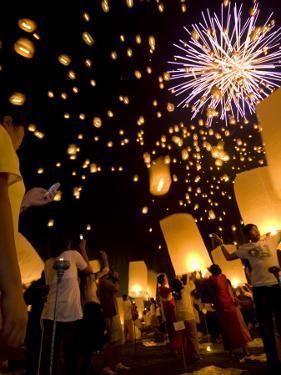 Lights, Lanterns and Mobile Phones at Loi Krathong Festival by Felix Hug
