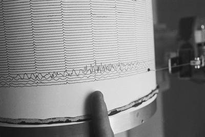 https://imgc.allpostersimages.com/img/posters/finger-pointing-to-earthquake-reading-on-seismograph_u-L-PZOSIS0.jpg?artPerspective=n