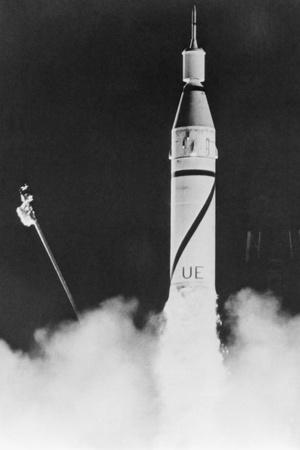 https://imgc.allpostersimages.com/img/posters/first-us-satellite-launched_u-L-PZO9220.jpg?artPerspective=n