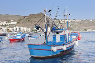 https://imgc.allpostersimages.com/img/posters/fishing-boats-at-the-harbour-playa-de-santiago-la-gomera-canary-islands-spain-atlantic-europe_u-L-PWFRHO0.jpg?p=0