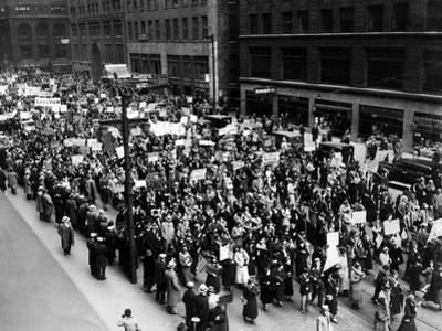 Five Thousand School Teachers Demonstrate in Downtown Chicago