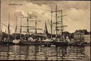 Flensburg, Hafen, Anlegende Schiffe, Häuser