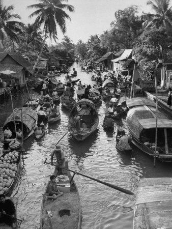 https://imgc.allpostersimages.com/img/posters/floating-market-in-bangkok_u-L-P72SQX0.jpg?artPerspective=n