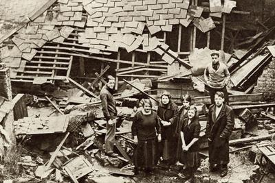 https://imgc.allpostersimages.com/img/posters/flooded-london-streets-1928_u-L-Q107M0W0.jpg?p=0