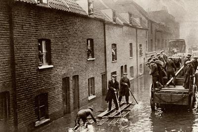 https://imgc.allpostersimages.com/img/posters/flooded-london-streets-1928_u-L-Q107M410.jpg?p=0