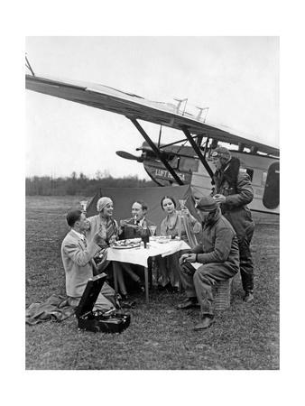 https://imgc.allpostersimages.com/img/posters/flugpassagiere-waehrend-einer-rast-neben-dem-flugzeug-1930_u-L-Q10UHFQ0.jpg?p=0