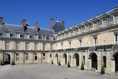 https://imgc.allpostersimages.com/img/posters/fontana-court-palace-of-fontainebleau_u-L-PPQK6W0.jpg?artPerspective=n