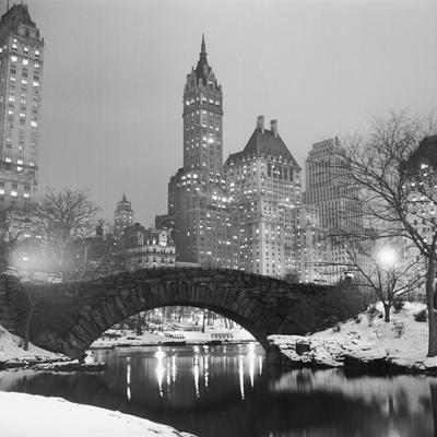 https://imgc.allpostersimages.com/img/posters/footbridge-in-snowy-central-park_u-L-PZS3VK0.jpg?p=0