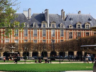 https://imgc.allpostersimages.com/img/posters/fountains-and-gardens-in-front-of-place-de-vosges-paris-ile-de-france-france_u-L-P3SBN90.jpg?p=0
