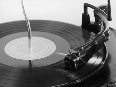 Close-Up / NEEDLE & RECORD ON RECORD PLAYER by FPG