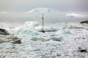 A Boat Sailing on the Pack Ice, Disko Bay, Ilulissat, Groenland by Françoise Gaujour