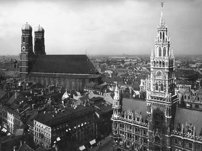 https://imgc.allpostersimages.com/img/posters/frauenkirche-and-new-town-hall-in-munich_u-L-Q10ULXR0.jpg?p=0