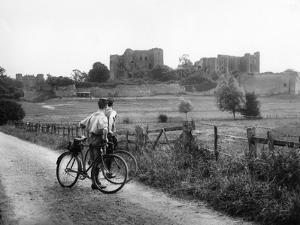 Kenilworth Castle by Fred Musto