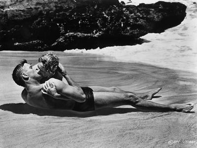 https://imgc.allpostersimages.com/img/posters/from-here-to-eternity-1953-directed-by-fred-zinnemann-burt-lancaster-and-deborah-kerr-b-w-photo_u-L-Q1C41G20.jpg?artPerspective=n