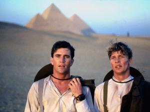GALLIPOLI, 1981 directed by PETER WEIR Mel Gibson and Mark Lee (photo)