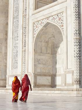 Taj Mahal, UNESCO World Heritage Site, Women in Colourful Saris, Agra, Uttar Pradesh State, India, by Gavin Hellier