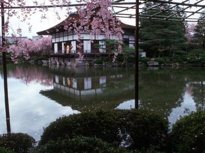 https://imgc.allpostersimages.com/img/posters/geishas-on-the-balcony-of-shobi-kan-teahouse-in-garden-at-heian-shrine-kyoto-japan_u-L-P240330.jpg?p=0