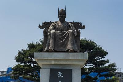 https://imgc.allpostersimages.com/img/posters/general-gyebaek-statue-in-front-of-the-buso-mountain-fortress-in-the-busosan-park_u-L-PQ8M2N0.jpg?p=0