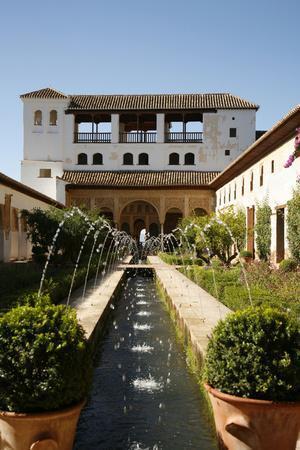 https://imgc.allpostersimages.com/img/posters/generalife-gardens-alhambra-palace-unesco-world-heritage-site-granada-andalucia-spain-europe_u-L-PWFQT20.jpg?artPerspective=n