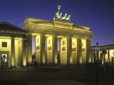 https://imgc.allpostersimages.com/img/posters/germany-berlin-mitte-pariser-platz-the-brandenburg-gate-early-classicism-dusk_u-L-Q11YZD70.jpg?artPerspective=n