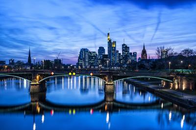 https://imgc.allpostersimages.com/img/posters/germany-hesse-frankfurt-on-the-main-skyline-with-ignaz-bubis-bridge-at-dusk_u-L-Q11YEY10.jpg?p=0