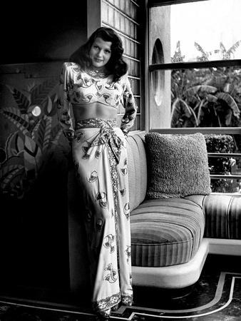 https://imgc.allpostersimages.com/img/posters/gilda-1946-directed-by-charles-vidor-rita-hayworth-b-w-photo_u-L-Q1C3O0O0.jpg?artPerspective=n