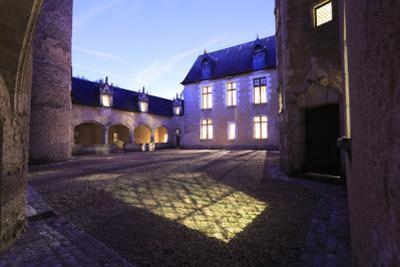 Château de Fougères-sur-Bièvre, cour d'honneur, galerie et aile sud est by Gilles Codina