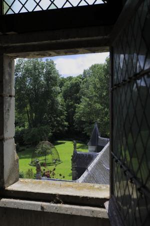 Château de Fougères-sur-Bièvre, jardin et volière vus du château by Gilles Codina